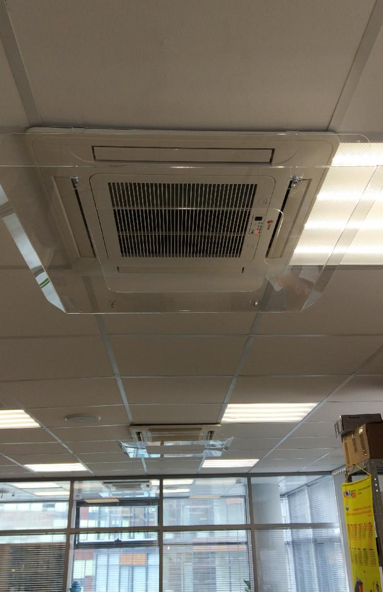 Экран-отражатель Airscreen для кассетного кондиционера установленный в офисе